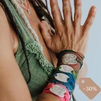 Sabías que, nuestras pulseras Sari silk ribbon están hechas con sedas recicladas ♻️de la India ( por eso no hay dos iguales) y que con ello, a parte de reciclar, colaboramos a ayudar a muchas mujeres a tener un trabajo digno con un salario justo?  Las sedas sari silk ribbon son cintas de seda que provienen de la seda sobrante utilizada en la fabricación de saris de la India.  Las cintas de seda se recogen cuidadosamente a mano por mujeres 👳♀️de las aldeas y las cosen para hacer madejas. Este trabajo proporciona un empleo muy necesario a las mujeres de la India rural, que trabajan en cooperativas que garantizan salarios justos y ayudan a empoderar a sus mujeres.   ✨Desde monkumbaka nos gusta ayudar a hacer del mundo un lugar bonito, nos ayudas?    🆒Ahora puedes beneficiarte de un 30% de descuento en las pulseras Sari silk ribbon.  Oferta válida sólo hasta el 28 de febrero. . . . #pulseras #pulserasyoga #pulserassedas #pulserassedaindia #sedareciclada #sarisilkribbon #sarisilk #reciclado #hechoamano #hechoamanoconamor #comerciojusto #comerciosolidario #comerciosostenible #yoga #joyasdeyoga #descuentosespeciales